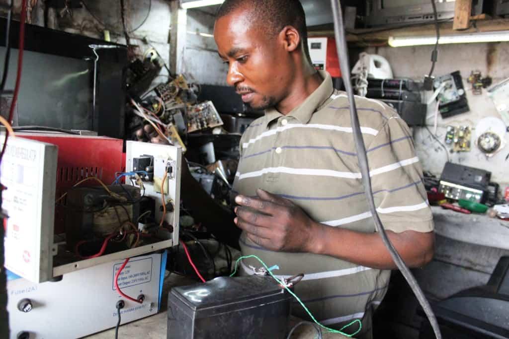 Un l'atelier de réparation électronique à Majengo où l'on fabrique aussi les convertisseurs et autres accessoires qui serviront à utiliser les panneaux solaires.