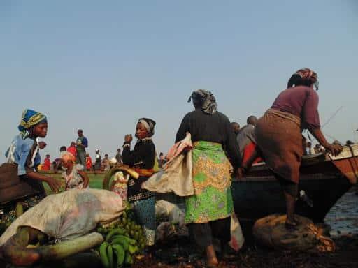 4. les femmes qui arrangent les colits a evacuées a kituku