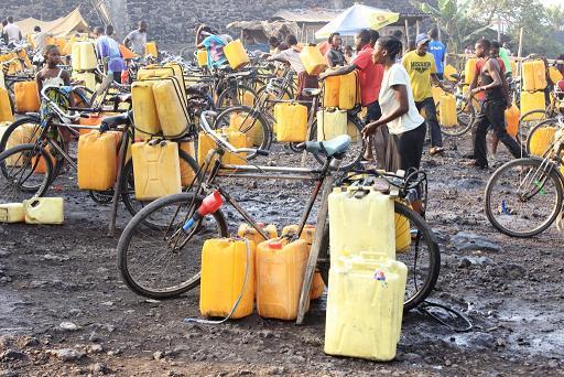 La vente d'eau en bidons, un nouvel emploi à Mbujimayi
