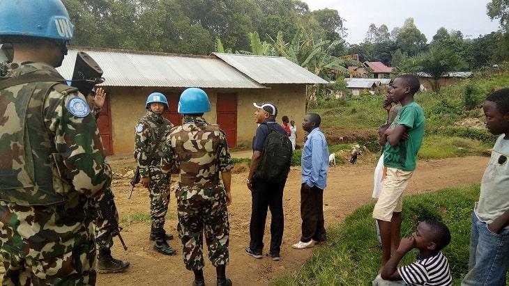 les casque bleus entrain d'échanger avec la population locale de Beni