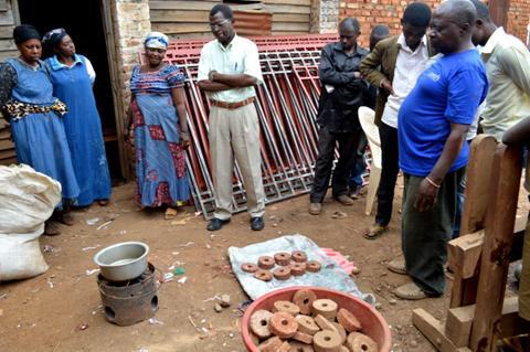 les briquettes obtenues sont enfin prêtes à être utilisées dans les braséros des ménagères