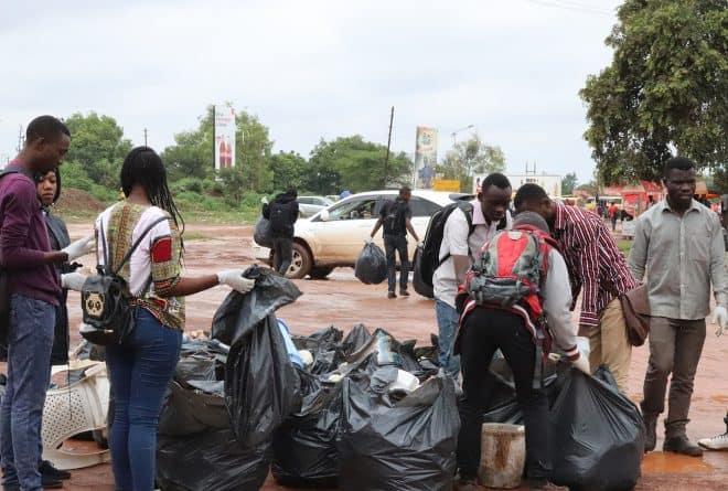 Campus zéro sachet : les étudiants nettoient l'université de Lubumbashi